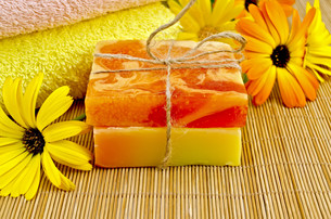 Soap homemade orange and yellow with marigoldの写真素材 [FYI00641957]