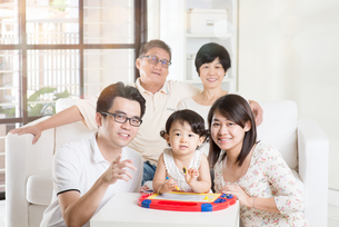 Asian Multi Generation Family Relaxingの写真素材 [FYI00642086]