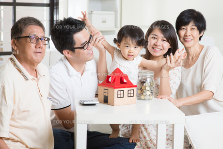 Asian family financial conceptの写真素材 [FYI00642097]