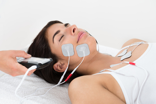 Therapist Giving Electrodes Therapyの写真素材 [FYI00642177]