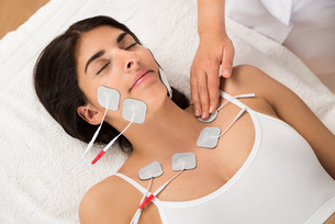 Woman Having Electrodes Therapyの写真素材 [FYI00642181]