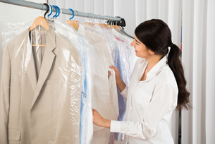 Woman Looking At Clothes In Shopの写真素材 [FYI00642214]