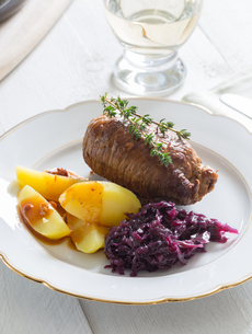roulades of beef with potatoes and red cabbageの写真素材 [FYI00642503]