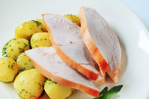 Roast turkey breast and potatoesの写真素材 [FYI00642609]