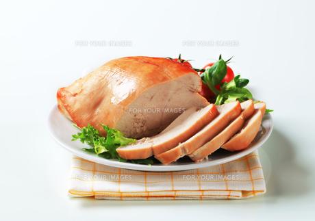 Roast turkey breast on a plateの写真素材 [FYI00642612]