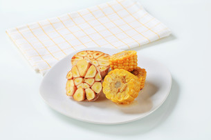 Corn on the cob and garlicの素材 [FYI00642628]