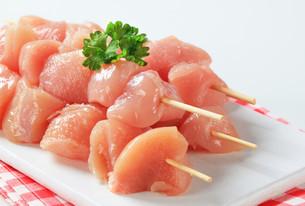 Raw chicken skewersの写真素材 [FYI00642647]