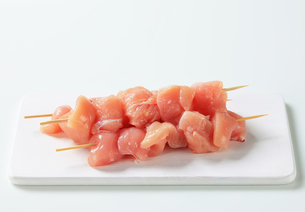 Raw chicken skewersの写真素材 [FYI00642649]
