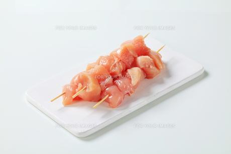 Raw chicken skewersの写真素材 [FYI00642651]