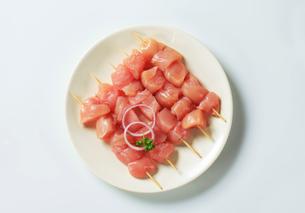 Fresh chicken skewersの写真素材 [FYI00642670]