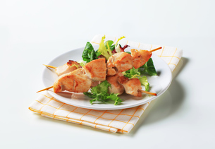 Chicken skewers and salad greensの写真素材 [FYI00642675]