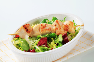Chicken skewer and salad mixの素材 [FYI00642682]