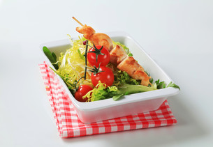 Chicken skewers and salad greensの写真素材 [FYI00642701]