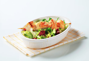 Chicken skewer and salad mixの素材 [FYI00642705]
