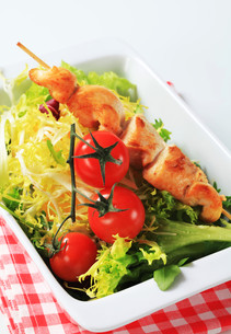 Chicken skewers and salad greensの写真素材 [FYI00642708]