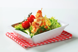 Chicken skewers and salad greensの写真素材 [FYI00642710]