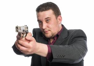 young man points a gunの素材 [FYI00642758]