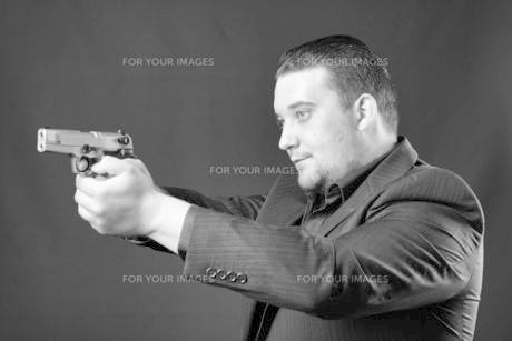 young man points a gunの素材 [FYI00642778]