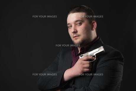 young man points a gunの素材 [FYI00642785]