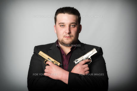 agent holding two gunsの写真素材 [FYI00642786]