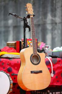 Brown acoustic guitarの写真素材 [FYI00642888]