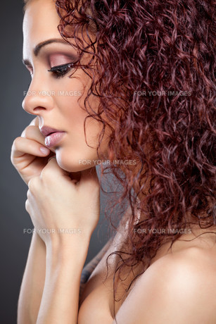 Profile view of a beauty with curly red hairの素材 [FYI00642996]