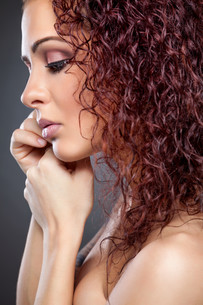 Profile view of a beauty with curly red hairの写真素材 [FYI00642996]