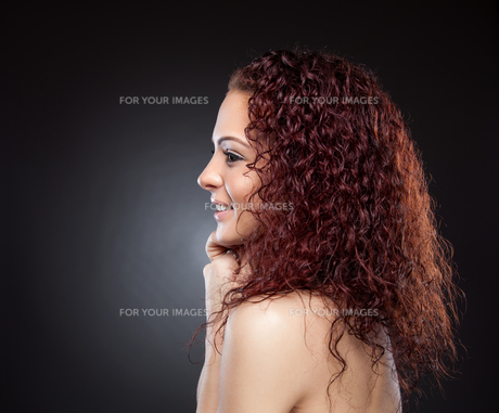 Profile view of a beauty with curly red hairの素材 [FYI00642997]