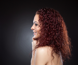 Profile view of a beauty with curly red hairの写真素材 [FYI00642997]