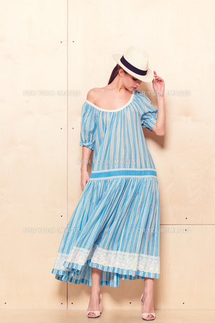 Full-length portrait of a lovely woman in romantic dressの素材 [FYI00643043]
