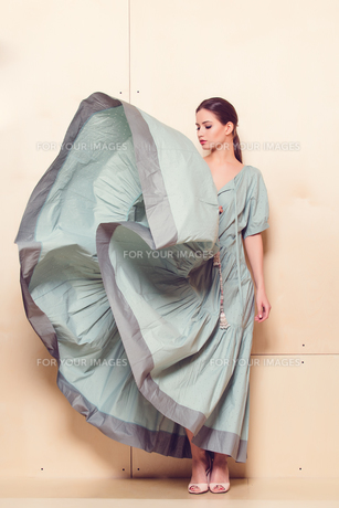 Full-length portrait of a lovely woman in romantic dressの素材 [FYI00643044]