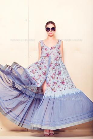 Full-length portrait of a lovely woman in romantic dressの素材 [FYI00643048]