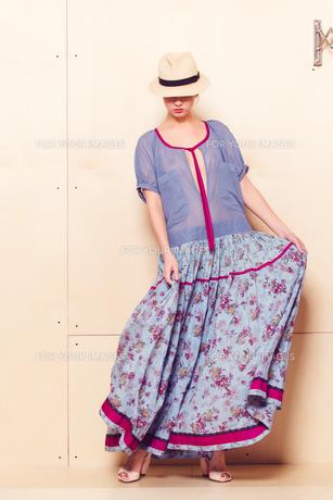 Full-length portrait of a lovely woman in romantic dressの素材 [FYI00643050]