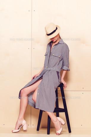 Full-length portrait of a lovely woman in romantic dressの素材 [FYI00643060]