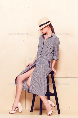 Full-length portrait of a lovely woman in romantic dressの素材 [FYI00643062]