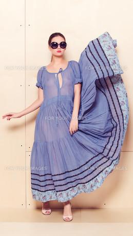 Full body slim woman in blue sundressの素材 [FYI00643077]