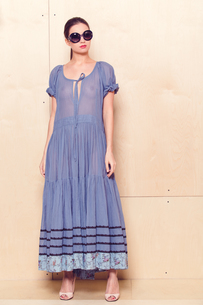 Full body slim woman in blue sundressの写真素材 [FYI00643078]