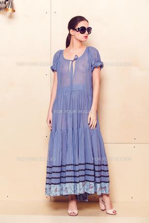 Full body slim woman in blue sundressの素材 [FYI00643079]