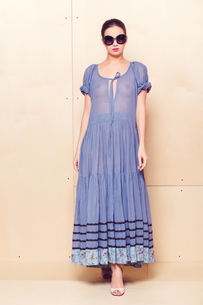 Full body slim woman in blue sundressの写真素材 [FYI00643080]