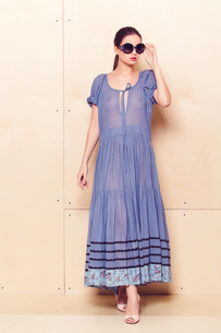 Full body slim woman in blue sundressの写真素材 [FYI00643081]