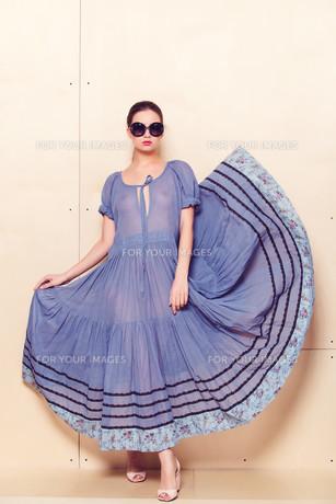 Full body slim woman in blue sundressの素材 [FYI00643082]