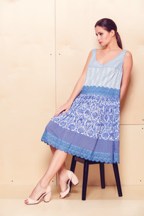 Full body slim woman in blue sundressの写真素材 [FYI00643089]