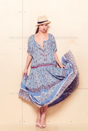 Full body slim woman in blue sundressの素材 [FYI00643090]