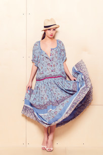 Full body slim woman in blue sundressの写真素材 [FYI00643090]