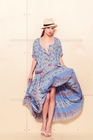 Full body slim woman in blue sundressの素材 [FYI00643091]