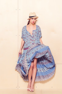 Full body slim woman in blue sundressの写真素材 [FYI00643091]