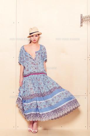 Full body slim woman in blue sundressの素材 [FYI00643095]