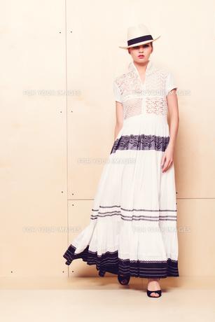 Full-length portrait of a lovely woman in romantic dressの素材 [FYI00643115]
