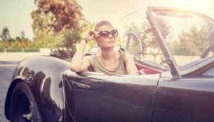 Beautiful woman in cabrioletの写真素材 [FYI00643242]