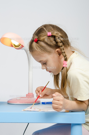 Six year old girl with enthusiasm draws paintsの写真素材 [FYI00643300]
